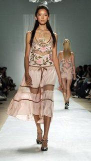 シースルー衣装の杏