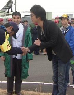 桐谷健太の韓国式握手