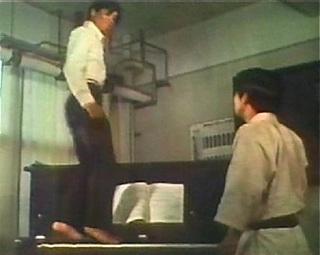 足でピアノを弾く近藤正臣